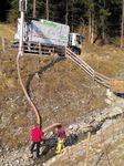 Bei einem Kraftwerk im Tiroler Oberland musste die Fischtreppe nach einem Hochwasser vom Geröll befreit werden.